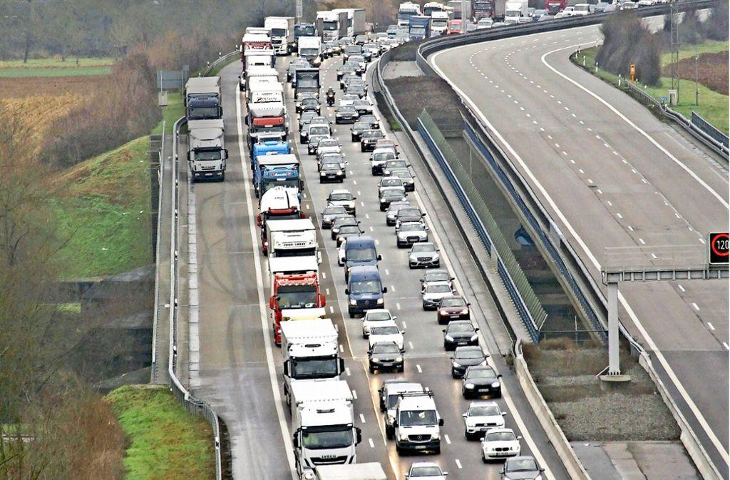 Kilometerlange Autokolonnen stauten sich auf der A 81. Foto: Andreas Rosar