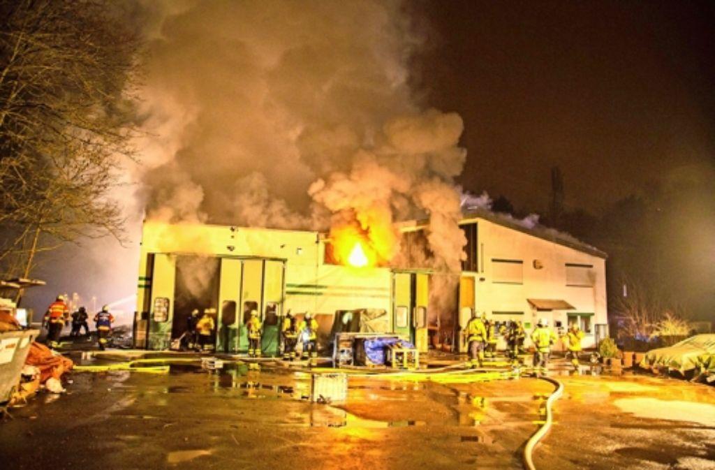 In der Nacht auf Mittwoch hat die Lagerhalle lichterloh gebrannt. Foto: 7aktuell.de/Adomat
