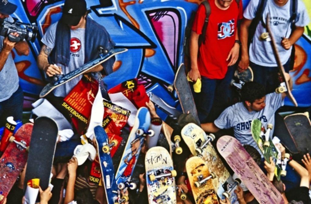 Niemand rechnet damals damit, dass so viele Leute erscheinen. Die US-Skater werden von Jugendlichen regelrecht bedrängt. Alle wollen Autogramme auf ihre Bretter.  Foto: Rainer Czarnetzki