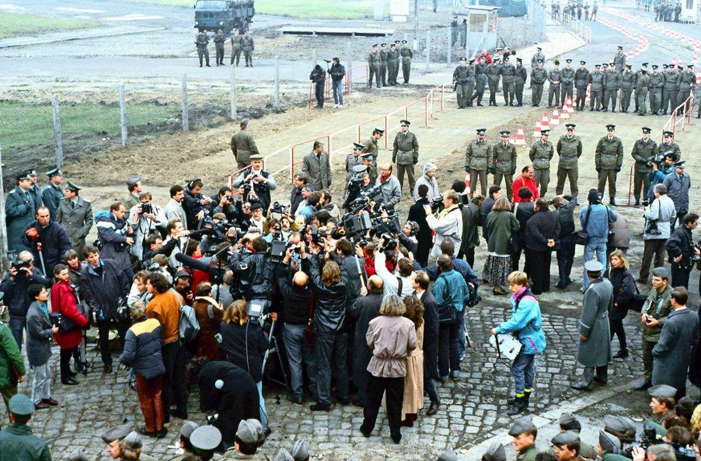 In der Menschentraube: Der West-Berliner Bürgermeister Walter Momper trifft seinen Kollegen im Osten. Der Gerlinger Student Markus Rösler fotografiert diesen Moment. Foto: