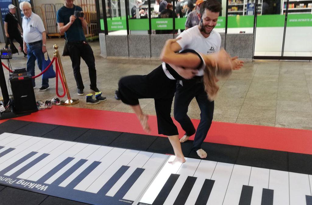 Dennis Volk wirbelt seine Partnerin Leslie Lynn auf dem Walking Piano umher. Die beiden treten mit dem Fußbodenklavier in Deutschland und im Ausland auf. Foto: Cedric Rehman