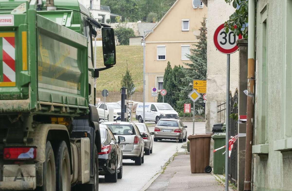 Mehr als 20000 Autos und Lastwagen fahren pro Tag durch Kirchheim – teils sehr eng an der Wohnbebauung vorbei. Foto: factum/Simon Granville