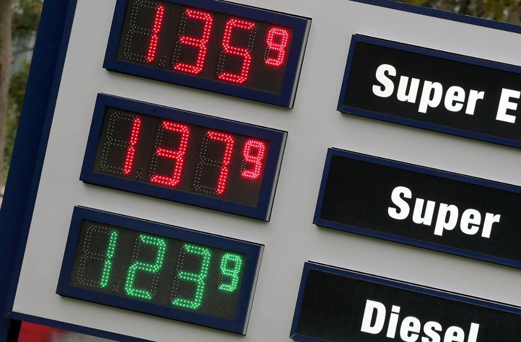 Diesel und Benzin sollen nach Meinung des Umweltbundesamtes bald drastisch teurer werden. Foto: dpa/Oliver Berg