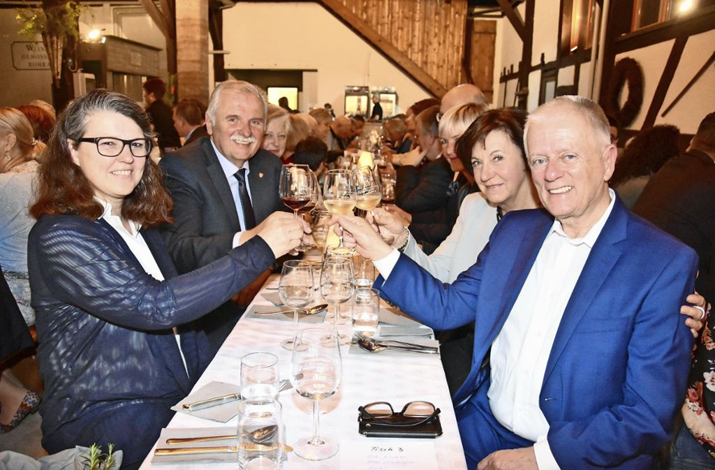 Die Bundestagsabgeordnete Ute Vogt, der Weinbaupräsident Hermann Hohl (links), OB Fritz Kuhn mit seiner Frau (rechts) verkosteten bei der Weinprobe zum Jubiläum der WG Rohracker die Tropfen der fünf Stuttgarter Weingärtnergenossenschaften. Foto: Mathias Kuhn