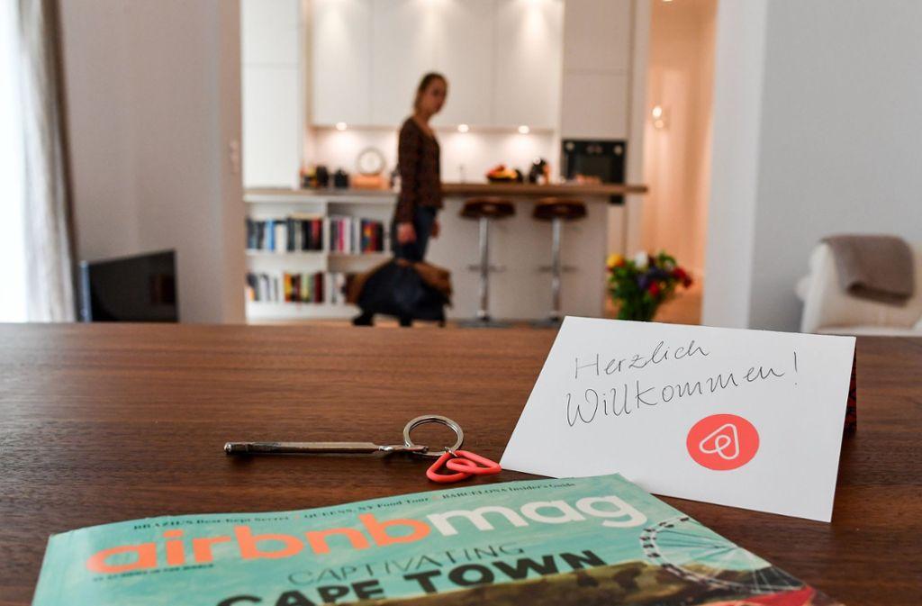 Viele Urlauber nutzen bei ihren Reisen Ferienwohnungen von Anbietern wie Airbnb (Symbolbild). Foto: ZB