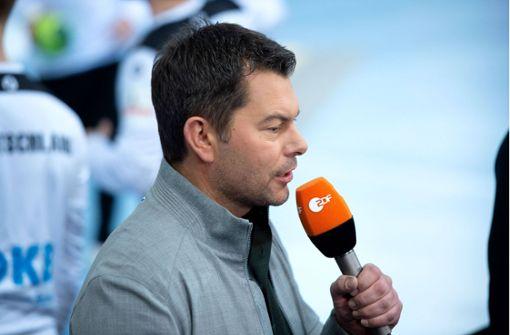 Kuriose Szene: ZDF-Moderator Yorck Polus wird von Ball getroffen