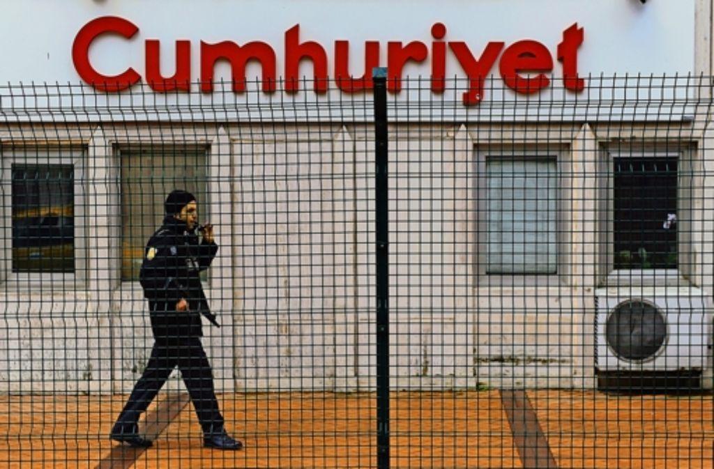 """Absperrungen der Satire wegen: ein  Polizist bewacht das Redaktionsgebäude der Istanbuler Tageszeitung """"Cumhuriyet"""". Foto: AFP"""