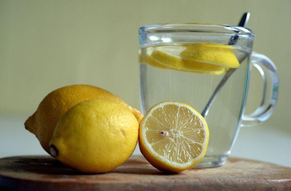 Zitrone ist nicht nur als Heißgetränk zu empfehlen, sondern kann auch als Nasenspülung verwendet werden – wie das geht, lesen Sie im Artikel. Foto: dpa