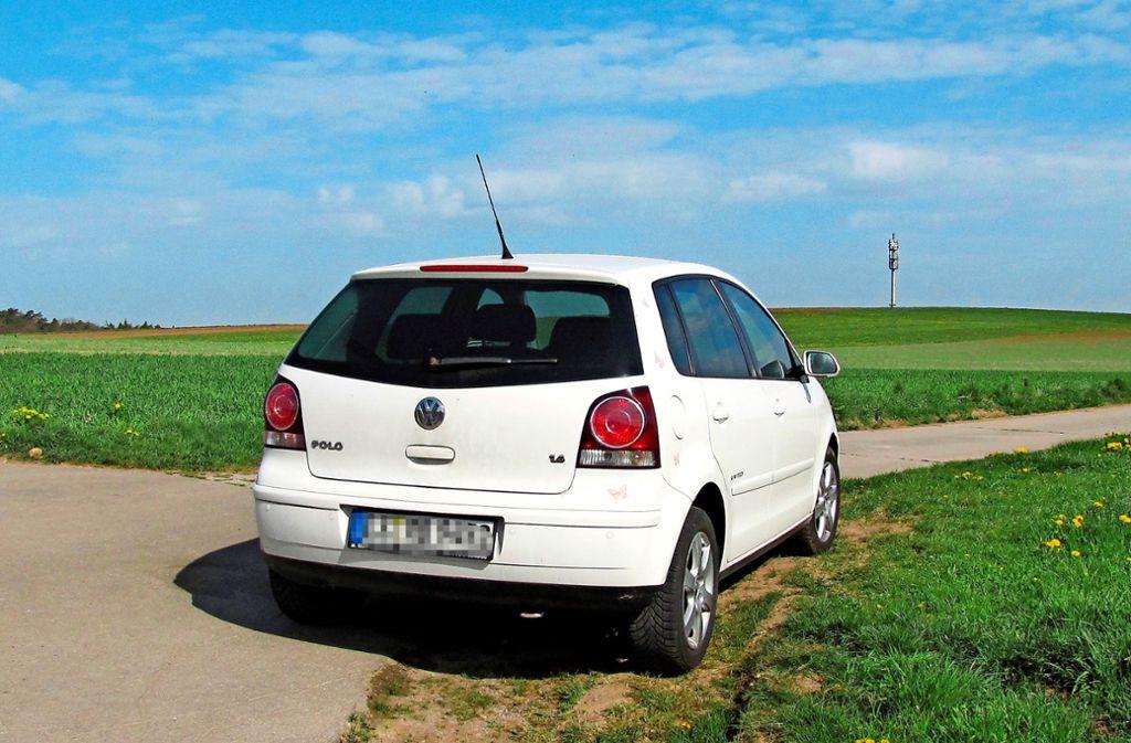 Autos gehören auf die Wanderparkplätze und nicht an den Feldrand wie hier, sagt der Waldenbucher Landwirt. Foto: Claudia Barner
