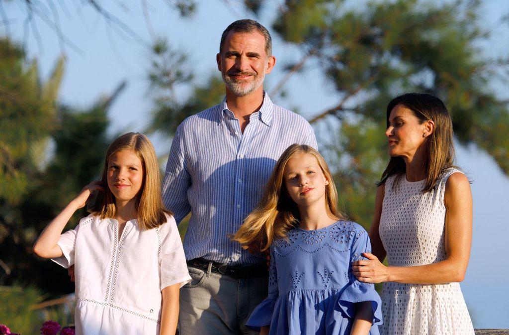 Feriengrüße von Mallorca: Spaniens Königspaar Felipe VI. und Letizia mit ihren Töchtern Leonor (im blauen Kleid) und Sofía. Foto: dpa