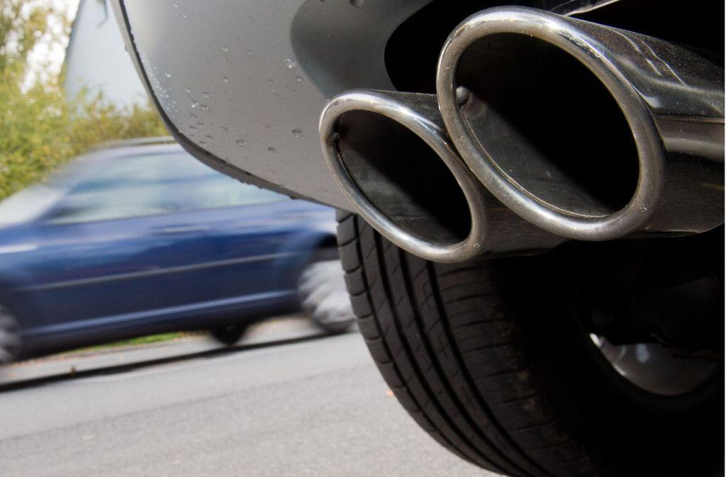 Was bei den Autos aus dem Auspuff kommt, ist in vielen Fällen viel mehr, als der Gesetzgeber tolerieren darf. Die Frage, wie man mit der Misere bei der Luftreinhaltung in Stuttgart umgehen soll, ist höchst umstritten. Foto: dpa