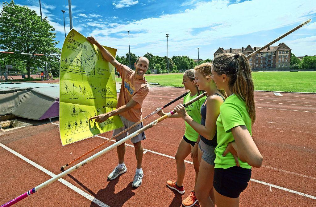 Der Stabhochsprung-Trainer Richard Spiegelburg erklärt den Schülerinnen Kniffe in seiner Sportart. Foto: factum/Weise