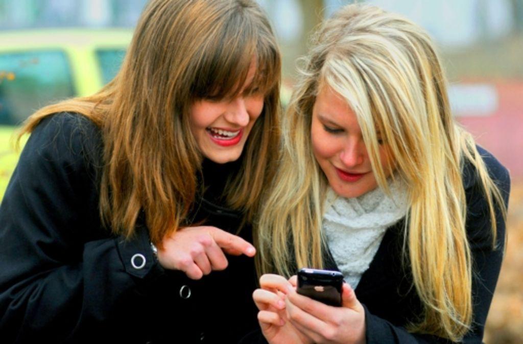 Fingerfertigkeit hat Vorrang bei der Kommunikation. Und herzeigbar sollte ein Smartphone bei vielen auch sein. Foto: dpa