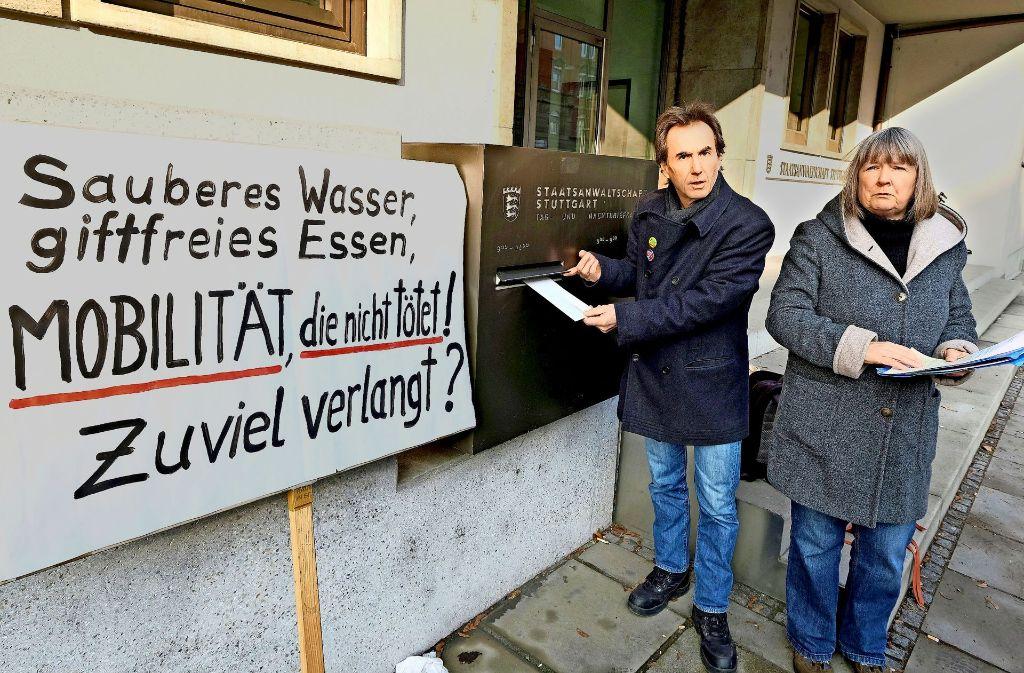 Susanne Jallow und Peter Erben werfen dem OB und dem Regierungspräsidenten Untätigkeit vor. Foto: dpa