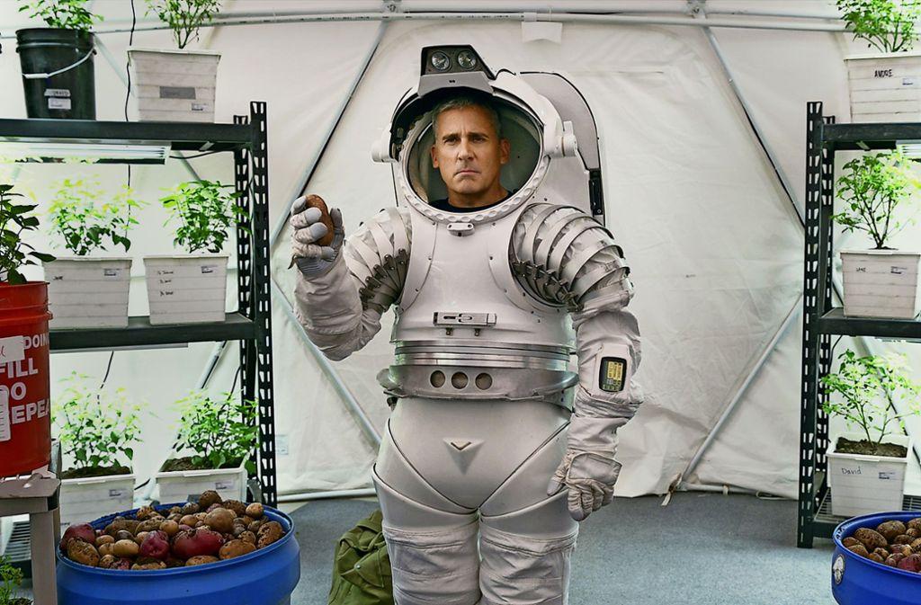 General Naird (Steve Carell) testet persönlich den Mondproviant: Kartoffeln. Foto: Netflix