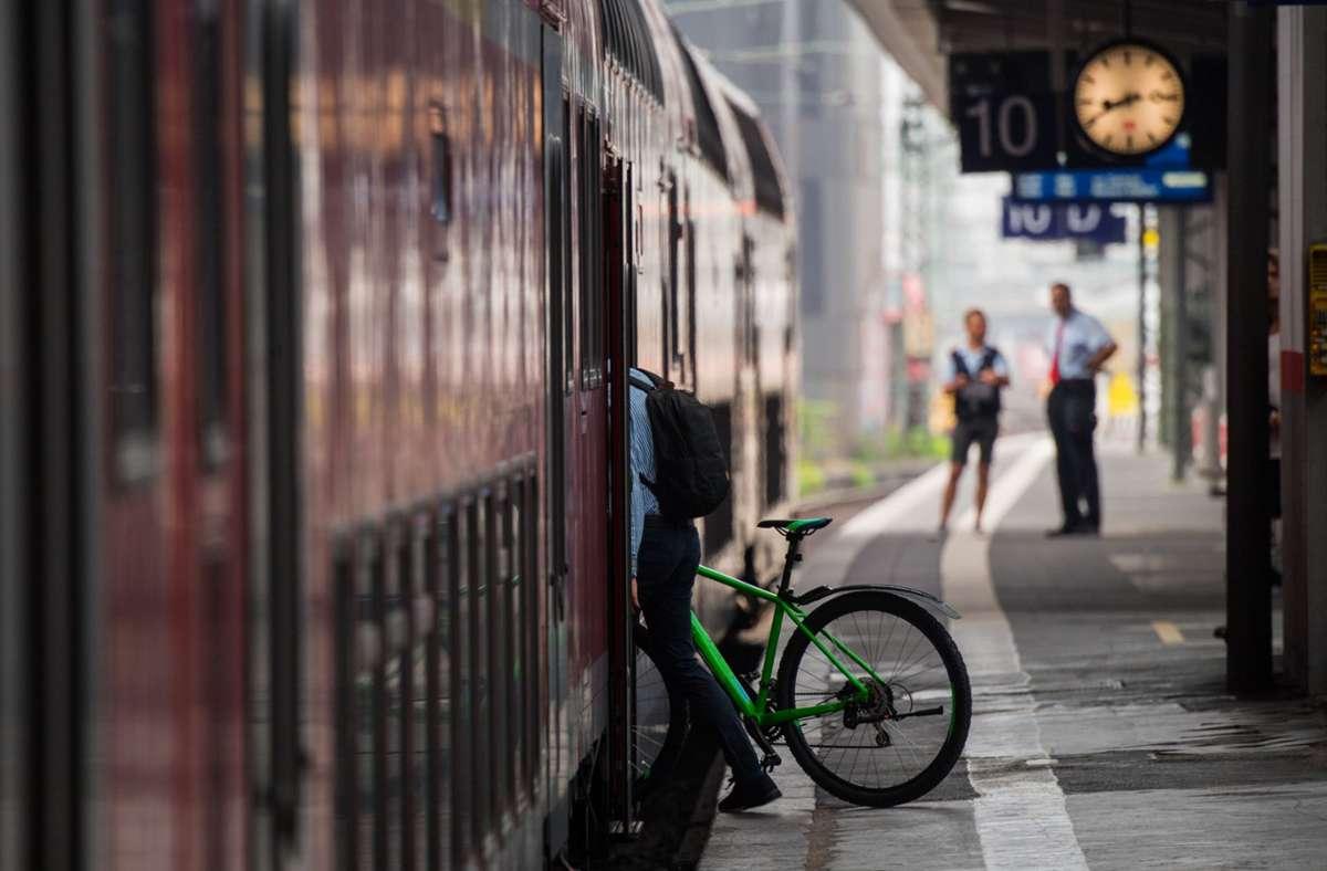 Für Fahrräder ist meist wenig Platz in Zügen. Foto: dpa/Andreas Arnold