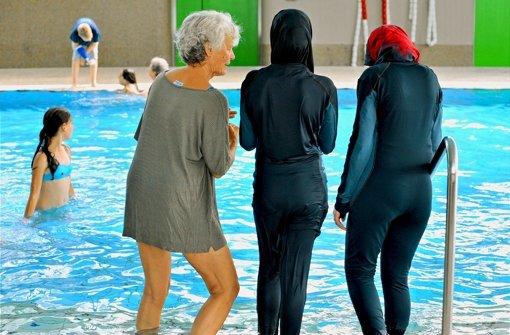 Im Ganzkörperbadeanzug können  gläubige Musliminnen religionskonform schwimmen gehen. Foto: dpa