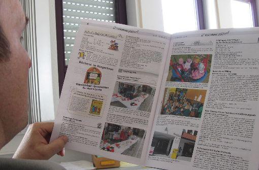 Ein interessierter Leser schaut sich das Amtsblatt Steinenbronn an. Foto: Malte Klein