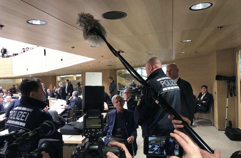 Der fraktionslose Abgeordnete Wolfgang Gedeon denkt gar nicht daran, den Saal zu verlassen. Foto: Rieger