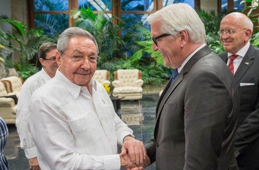 Außenminister Steinmeier war bereits im vergangenen Juli zu Gast bei Kubas Staatschef  Raúl Castro (links). Nun folgt ihm Wirtschaftsminister Gabriel. Foto: dpa