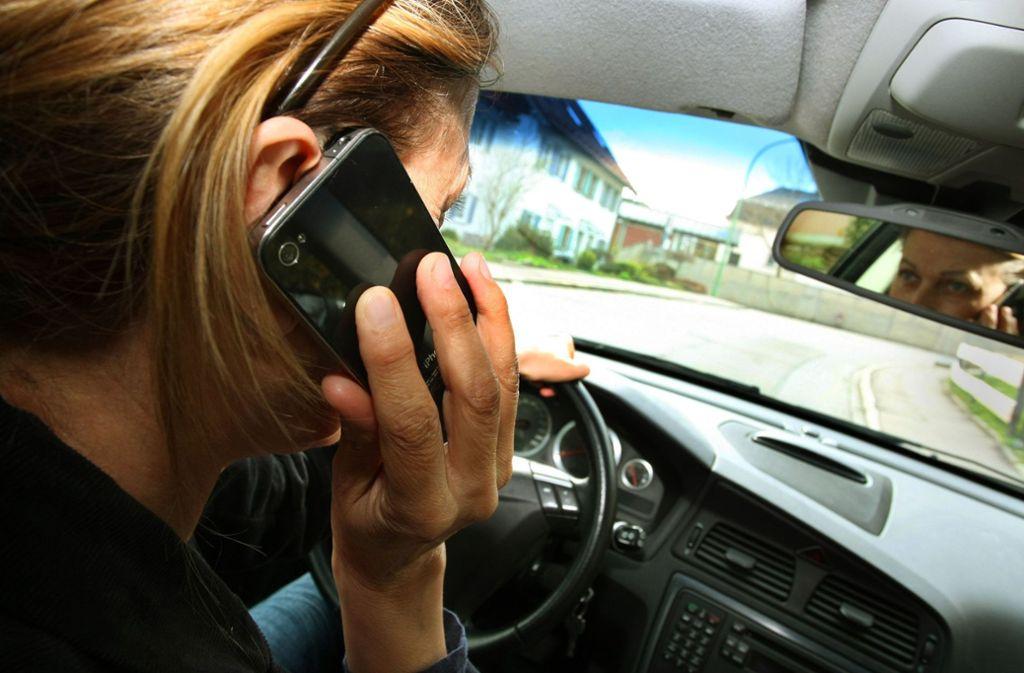 Kleiner Störenfried am Steuer: Wer telefoniert, kann sich nicht ausreichend auf den Straßenverkehr konzentrieren. Foto: dpa