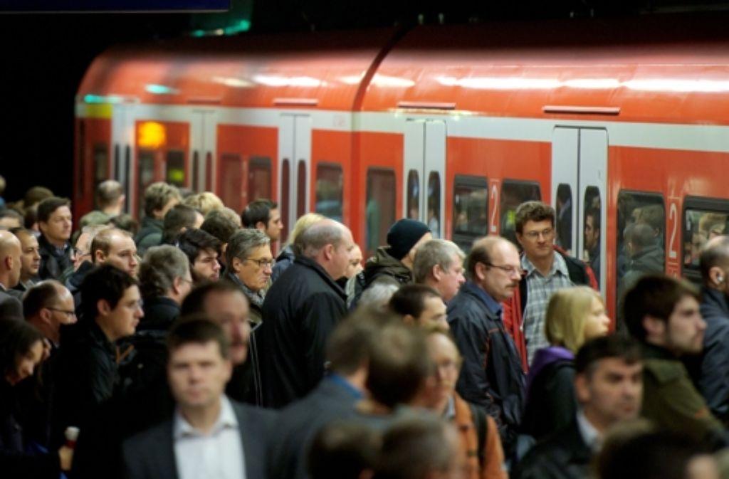 Im Pendlerverkehr am Montagmorgen platzte zwischen dem Stuttgarter Hauptbahnhof und Stadtmitte an einer S-Bahn der Linie 3 ein Lüftungsschlauch. Es kam zu teils erheblichen Verspätungen. Foto: dpa /Symbolbild