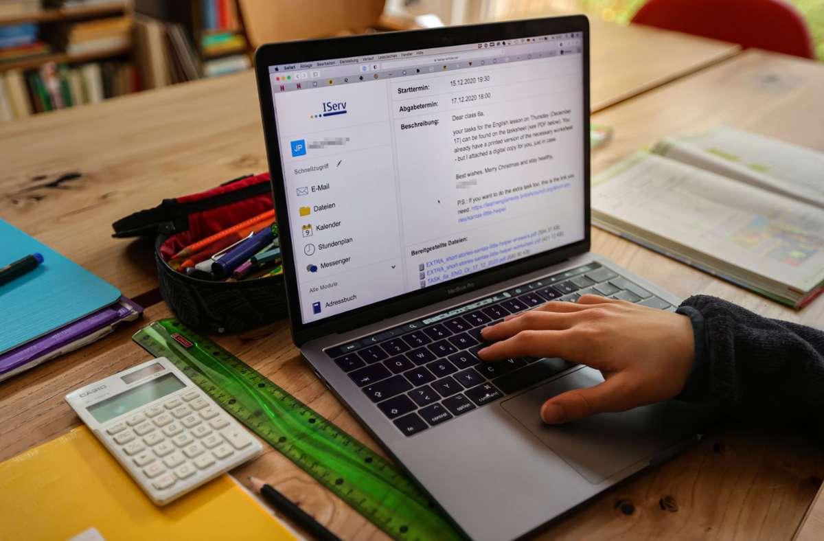 Für viele Schüler findet der Unterricht derzeit digital am heimischen Laptop statt. Auch die Infotage werden nun vielerorts ins Internet verlagert. Foto: picture alliance/dpa/Ulrich Perrey