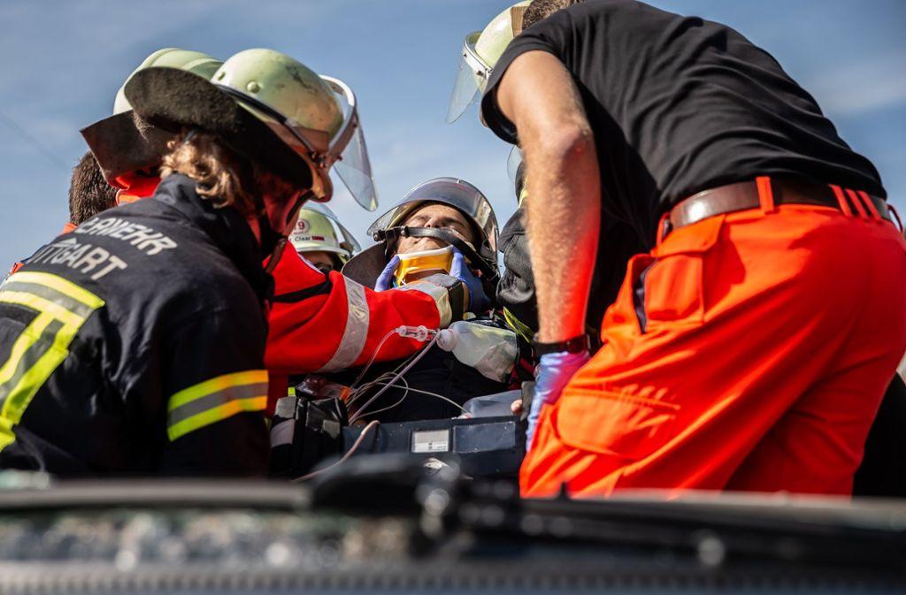 Ein Verletzter wird aus einem Unfallauto befreit. Glücklicherweise handelt es sich dabei um eine Übung. Foto: Lichtgut/Julian Rettig