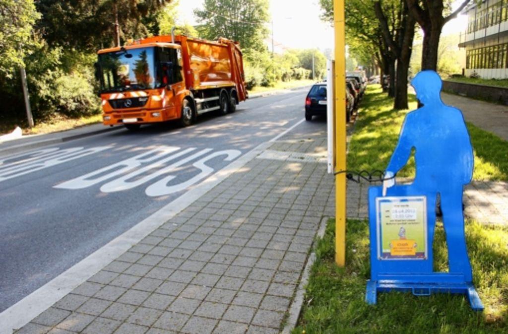 Das blaue Männchen an der Zazenhäuser Straße weist auf einen schweren Unfall hin, der vor wenigen Tagen an dieser Stelle passiert ist. Foto: Chris Lederer