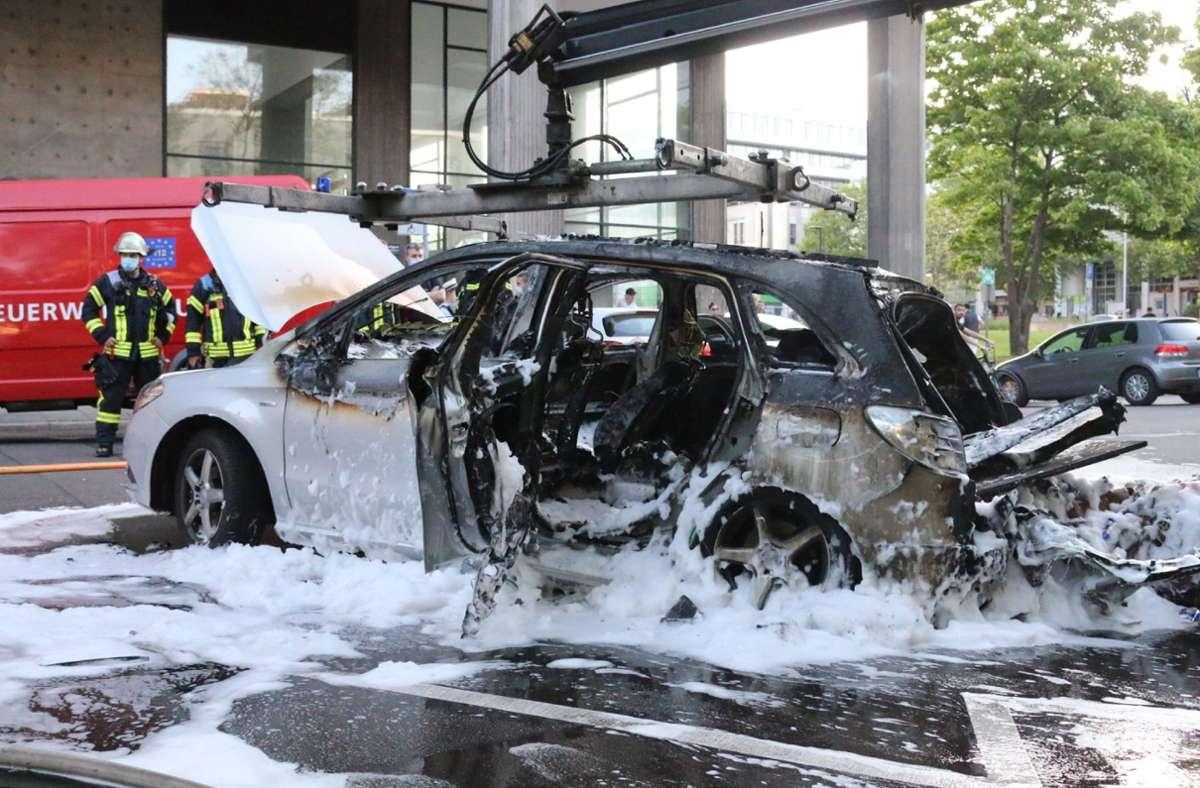 Der Mercedes geriet in der Keplerstraße in Brand. Foto: SDMG/SDMG / Pusch