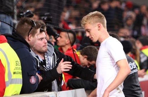 Der 18-jährige VfB-Verteidiger Timo Baumgartl wird nach der Niederlage gegen Dortmund von Fans getröstet. Foto: Pressefoto Baumann