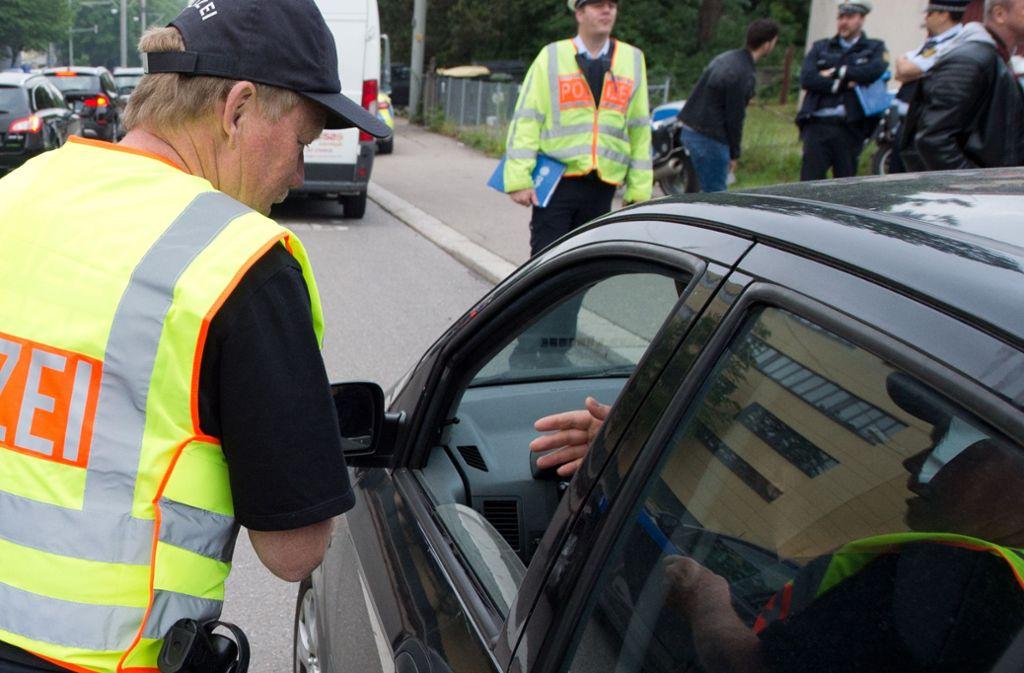 Die Polizei hat am Dienstagnachmittag Autofahrer in Stuttgart kontrolliert. Foto: Oliver Willikonsky - Lichtgut