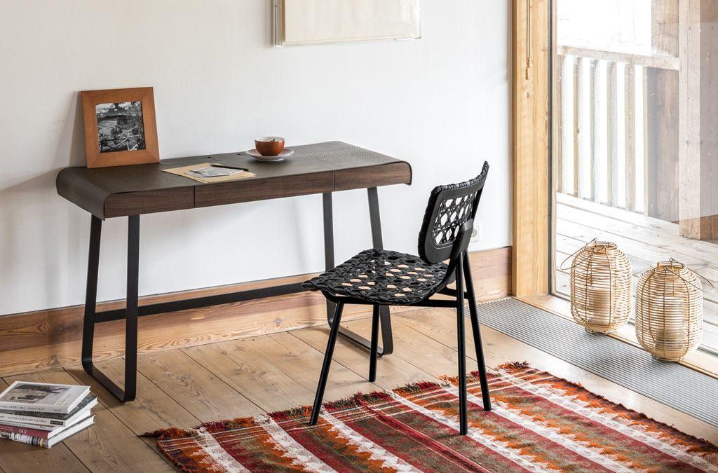 Die Designerin Tilla Goldberg hat die Kollektion von ClassiCon um zwei weitere geniale Entwürfe erweitert: den Schreibtisch Pegasus und den Stuhl und Lounge Chair Aërias.  Foto: Elias Hassos