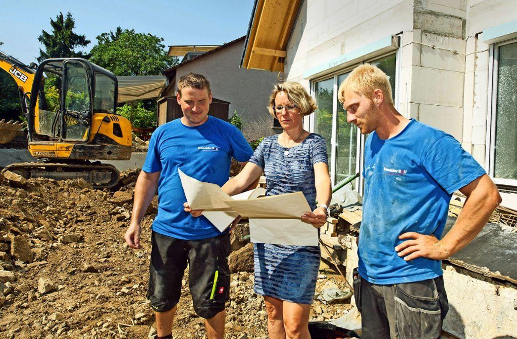 Lucia Rothwein aus Fellbach erläutert ihren Mitarbeitern Pierre Boettel (l.) und Tim Frey   einen Bauplan. Foto: Lichtgut - Oliver Willikonsky