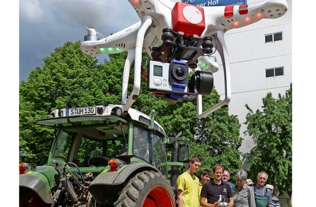 Nicht erschrecken – die Drohne ist nicht natürlich ganz so groß, wie es auf dem  Bild scheint. Sie soll künftig die Arbeit der Bauern erleichtern. Foto: factum/Bach
