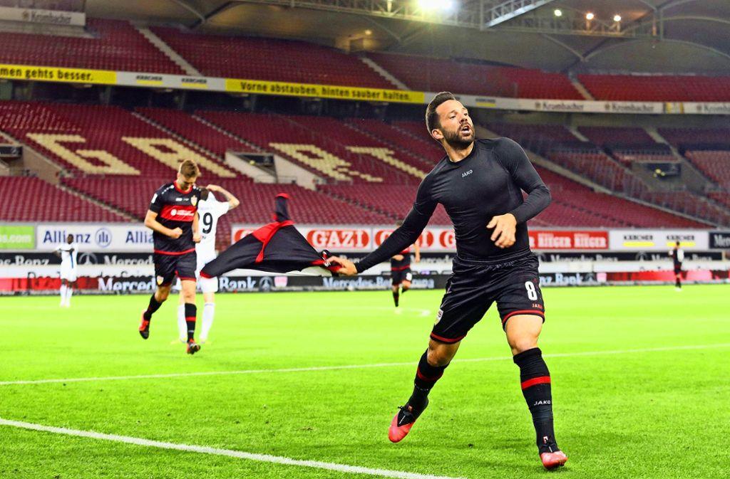 Völlig losgelöst bejubelt der VfB-Profi Gonzalo Castro seinen späten siegtreffer gegen den Hamburger SV. Foto: Bauman