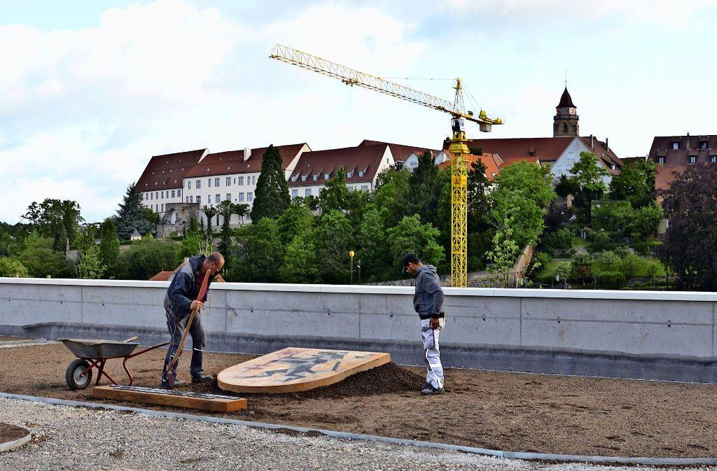 Das ehemalige Wappen des Landkreises Leonberg  ist an seinem neuen Platz – 2015 wurde es fachmännisch abmontiert. Foto: privat