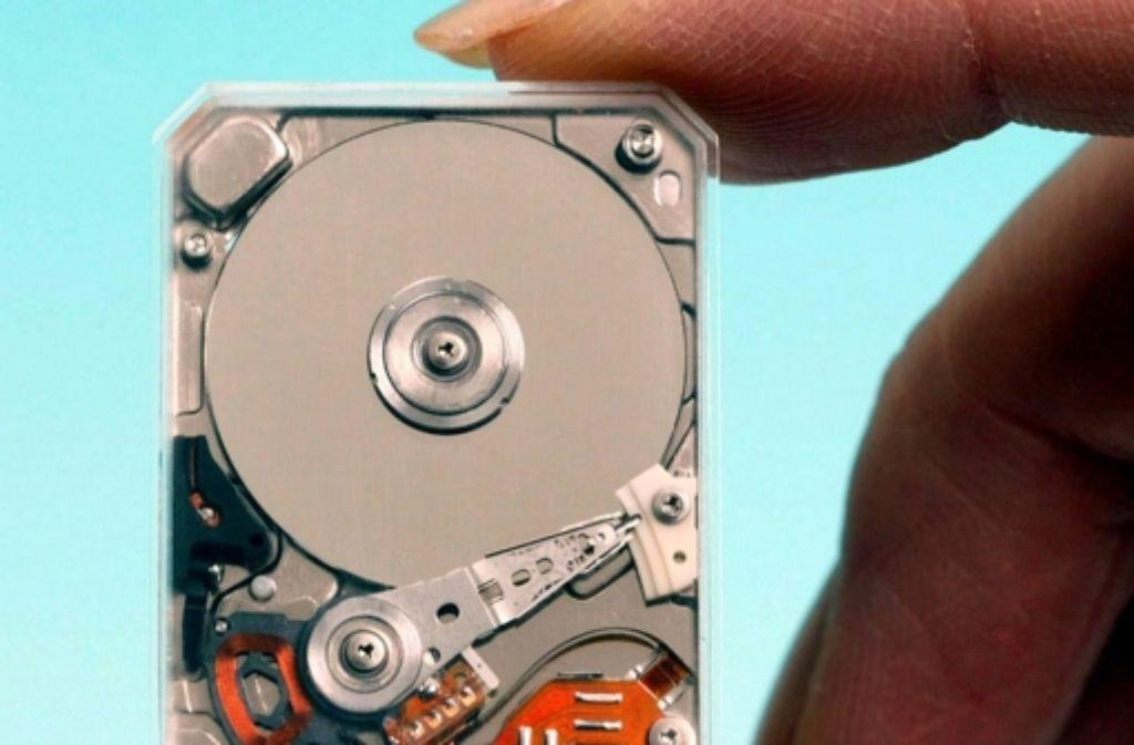 Computer-Festplatten sind seit der Entdeckung des Riesenmagnetowiderstands viel kleiner und leistungsfähiger geworden. IBM brachte 1997 die erste Festplatte auf den Markt, die diesen Effekt ausnutzt. Der bewegliche Lesekopf der Festplatte wird dadurch viel sensibler und kann kleinere Magnetisierungen der Festplatte registrieren. – In einer Bildergalerie stellen wir die drei Hauptfiguren dieses Beitrags kurz vor. Foto: Toshiba