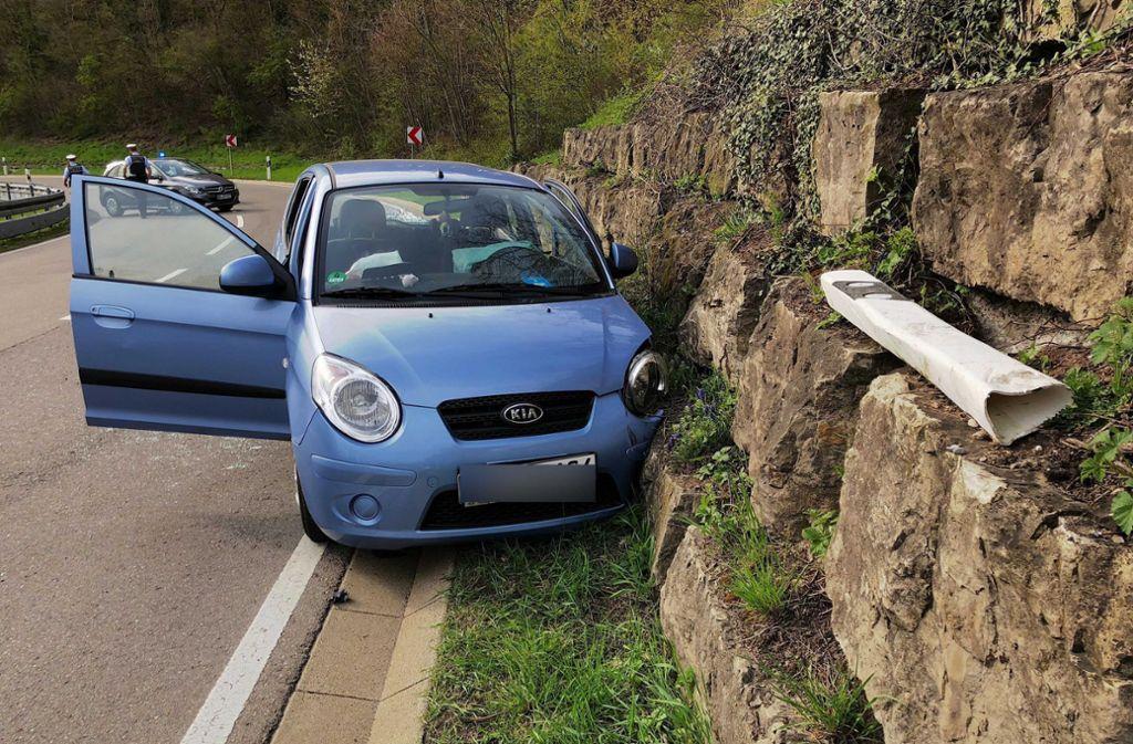 Der Kia war in einer Kurve von der Fahrbahn abgekommen und hatte eine Steinmauer gerammt. Foto: 7aktuell.de/Simon Adomat