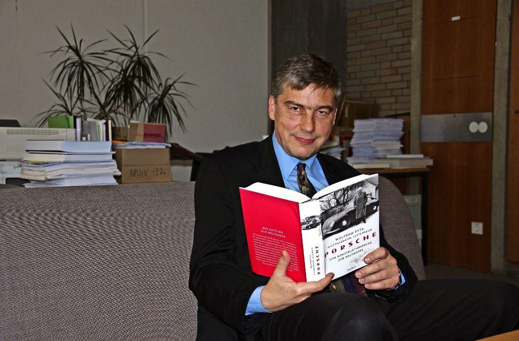 Zwei Jahre lang hat Professor Wolfram Pyta  mit seinen beiden Co-Autoren an dem rund 500-seitigen Buch gearbeitet. Foto: Zeyer