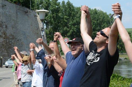 Die Menschenkette von Heilbronn bis Bietigheim-Bissingen sollte an die Nazi-Gräuel erinnern und einen Bogen zur Gegenwart schlagen. In der folgenden Bilderstrecke zeigen wir Eindrücke von der Aktion. Foto: dpa
