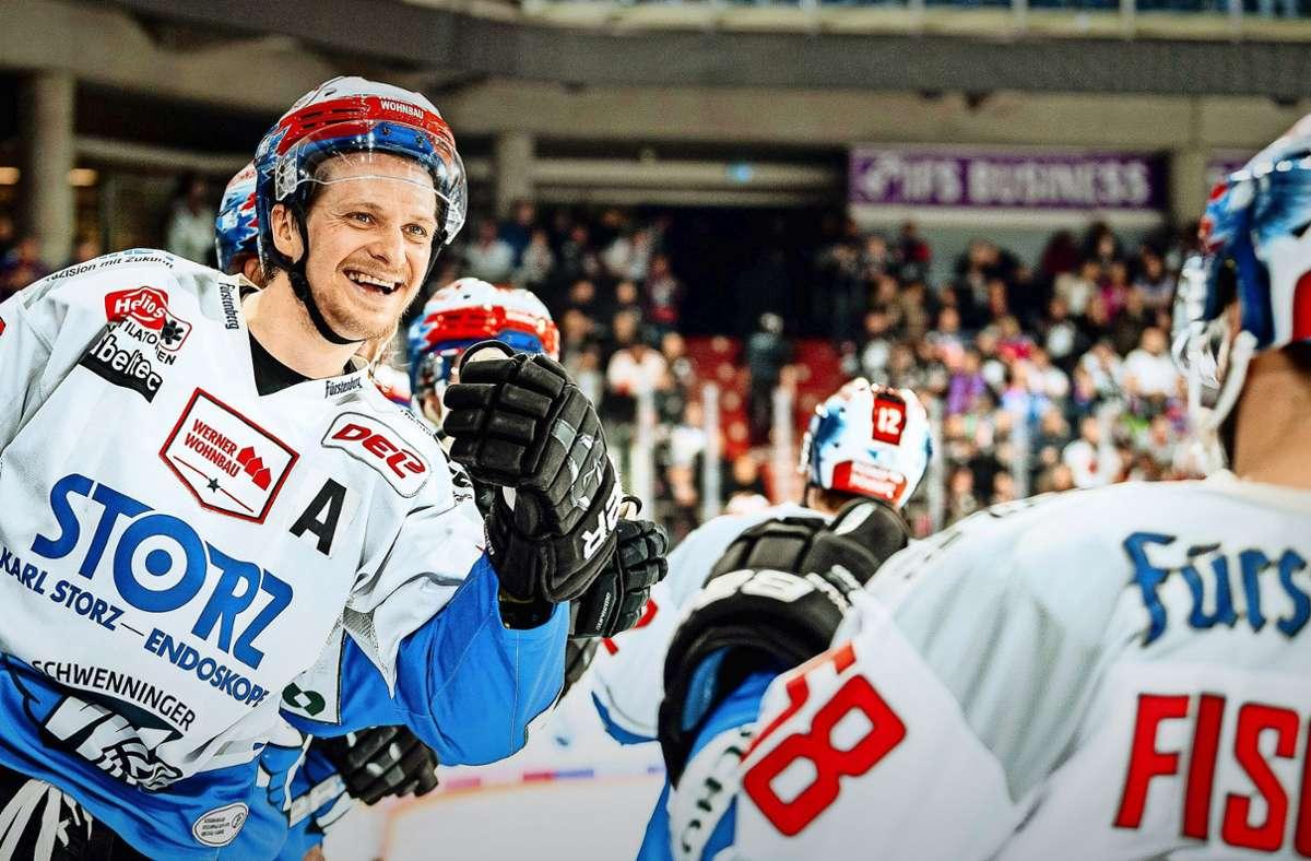 Der Schwenninger Alexander Weiß (li.) freut sich auf die DEL-Saison – vor gefüllten Zuschauerrängen wie in der vergangenen Saison in Nürnberg. Foto: imago/Thomas Hahn