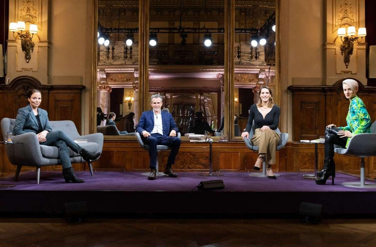 Auf Abstand, doch nah an den Büchern: Thea Dorn, Ulrich Matthes, Andrea Petkovic und Lisa Eckhart (v. li.) Foto: dpa/Jule Roehr