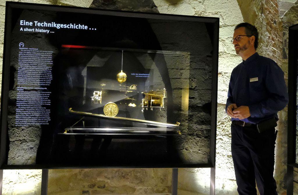 Restaurator Moritz Paysan erklärt bei einer Führung durch die Uhrensammlung des Landesmuseums die Techniken beim Restaurieren von alten Uhren. Foto: Michael Latz/Michael Latz