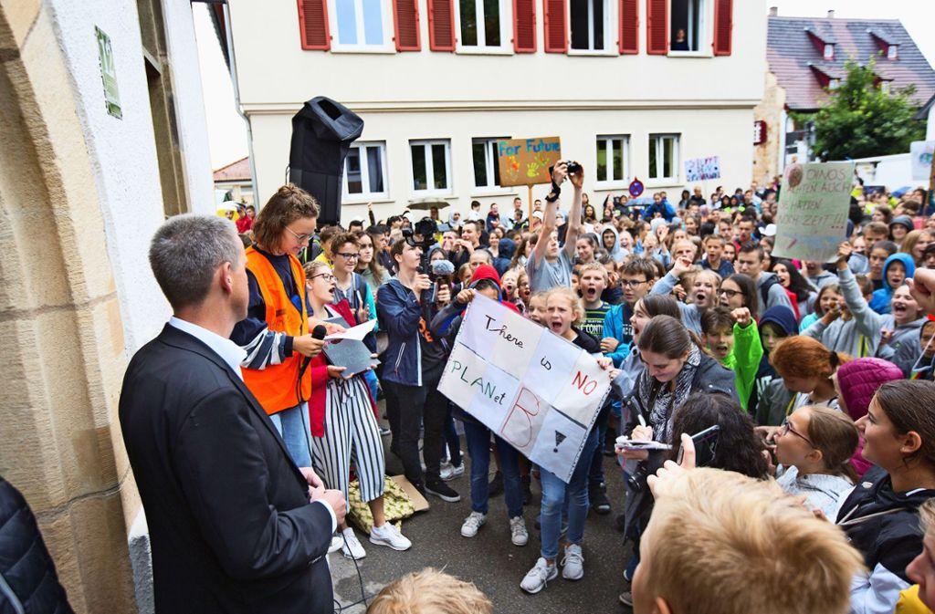 Drangvolle Enge auf dem Klosterhof:  Eine solche Demonstration hat Christof Bolay in seiner Amtszeit noch nicht erlebt. Foto: Horst  Rudel
