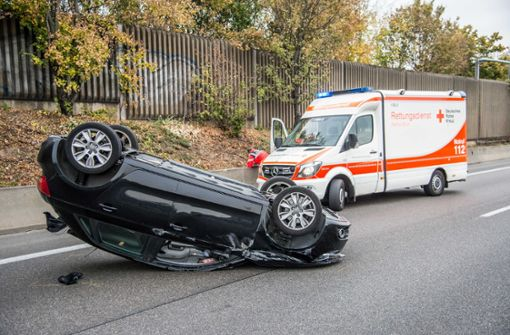 Auto prallt auf Laster und überschlägt sich