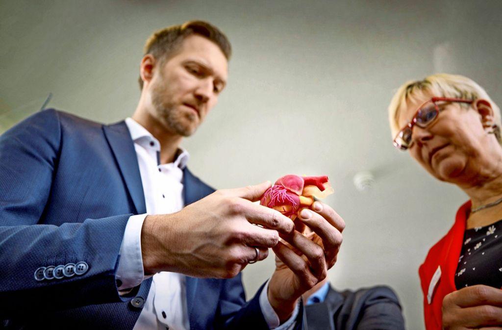 Daniel Terzenbach, Mitglied im Vorstand der Bundesagentur für Arbeit, hält das Modell eines Kinderherzens in der Hand, das aus einem 3-D-Drucker stammt. Foto: Gottfried Stoppel/Gottfried Stoppel