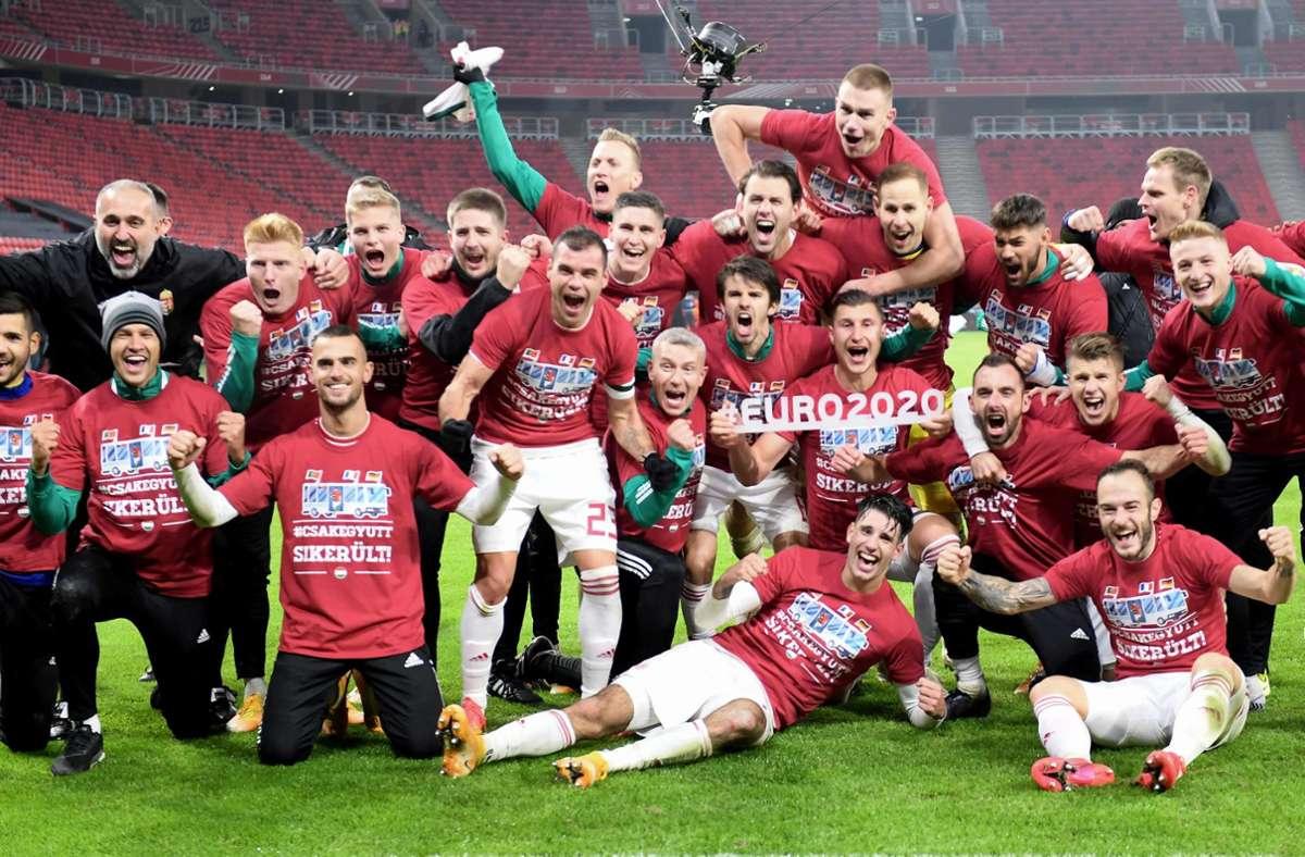 Große Freude bei den ungarischen Fußballern nach dem späten 2:1-Sieg Foto: AFP/ATTILA KISBENEDEK