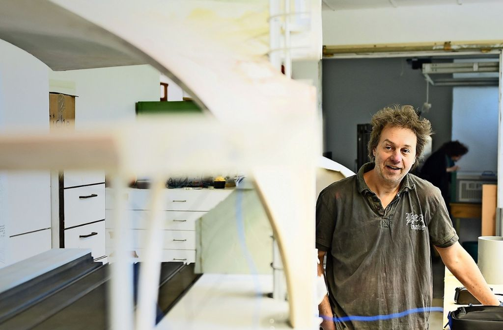Reinhard Dörre vor dem S-21-Modell in seiner Werkstatt Foto: Reiner Pfisterer