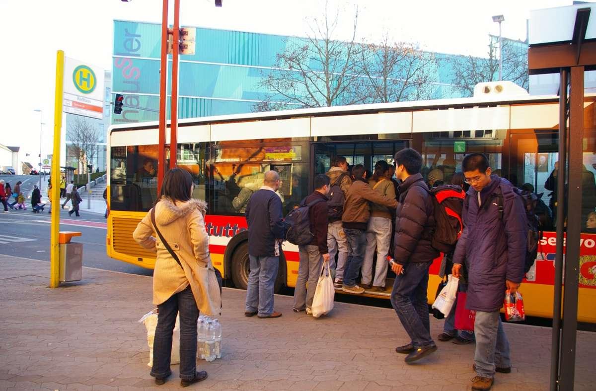 Klagen über überfüllte Busse gibt es in Vaihingen schon lange. Im Bild ist ein Bus der Linie 81 an der Haltestelle Rathaus im Februar 2008 zu sehen. Foto:
